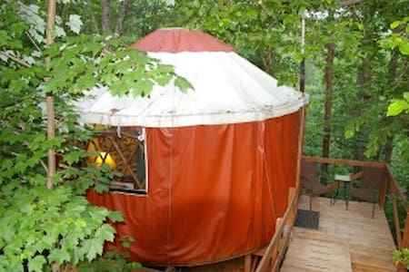 Yurt in Woods at Eco-Friendly B & B - Rundzelt