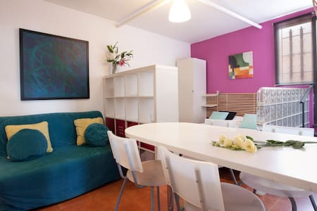 Loft well equipped, close to Parc Guell. Well connected (bus 20 mtrs) to center. Double bed and sofa. TV, WIFI. Shower. Air conditioned. TASA TOURIST (0.72 € x person / day) NOT INCLUDED IN THE PRICE. ARRIVALS 20H to 23H (30 €), 23h to 08h (50 €).