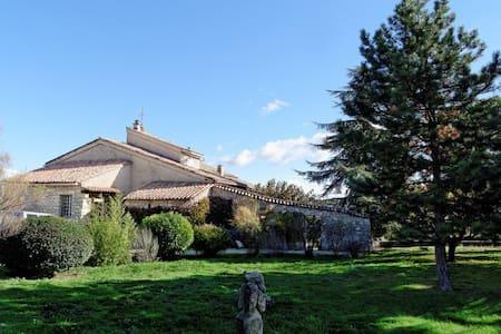 Bastide au coeur du Parc du Luberon - VIENS - Bed & Breakfast