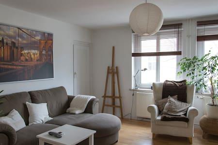 Sunny room in prime location - Apartment