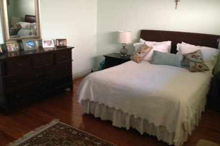 Charming upgraded home, quiet area. - Los Angeles - Bed & Breakfast