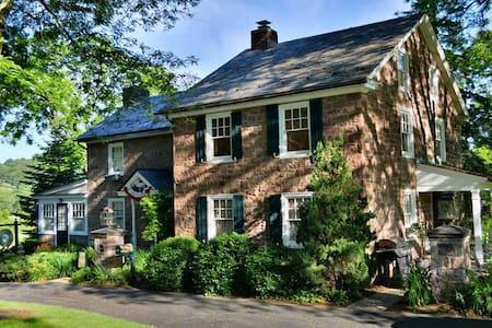 Historical German Farmhouse in Pa. - Bed & Breakfast