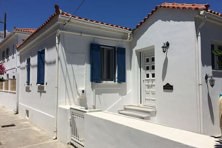 Authentic Greek house, near the beach and tavernas - Huis