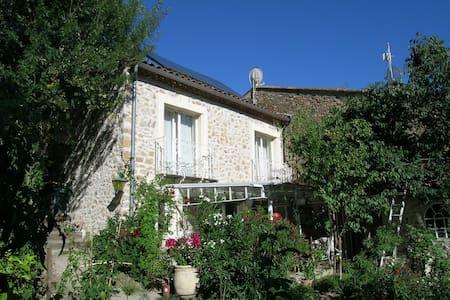 Lauschiges Natursteinhaus mit Garten - Fouzilhon - Casa