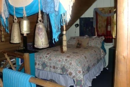 Adirondack Cabin Loft Bedroom - Blockhütte