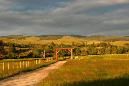 Cozy Sweet Ranch Bunkhouse - Stevensville - Srub
