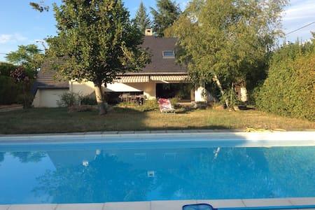 Charmante maison avec piscine à 3km du Pal - Bed & Breakfast