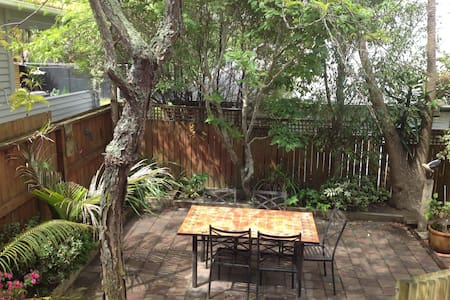 Cute quiet tidy little home close to the city - Auckland