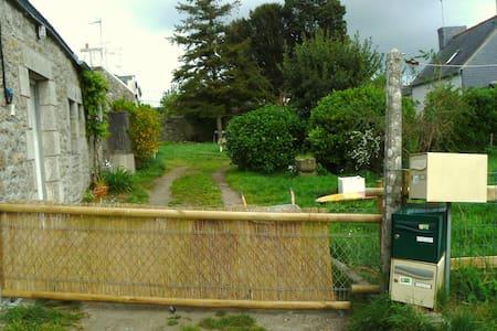 Petite maison en pierre avec jardin - Maison