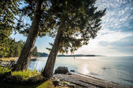 Private beach front cabin - Sooke - Cabin