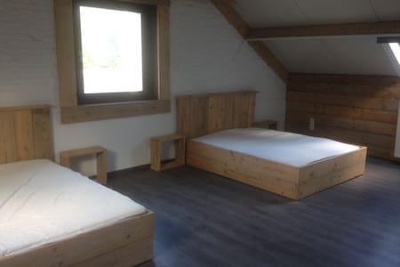 Zeer ruime slaapkamer met 2 steigerhouten bedden - Ház