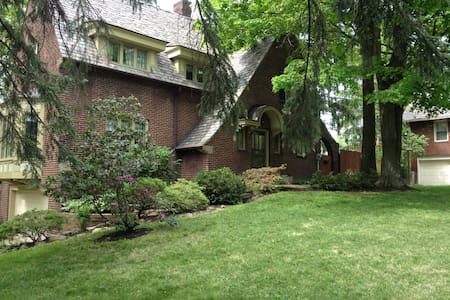 Beautiful English Tudor Home Room 1 - Youngstown - Bed & Breakfast