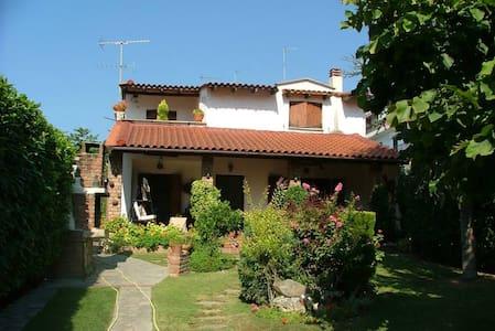 Παραμυθένιο σπίτι με ιδιωτικό κήπο - Néa Kallikrátia - Villa