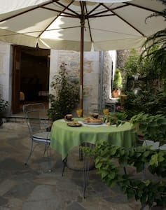 Ground floor studio with courtyard - Leilighet