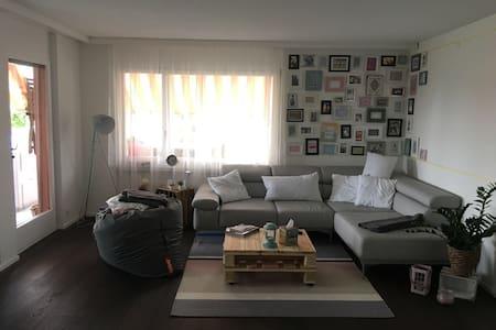 Tolles Zimmer in der Nähe von Bern - Wohnung