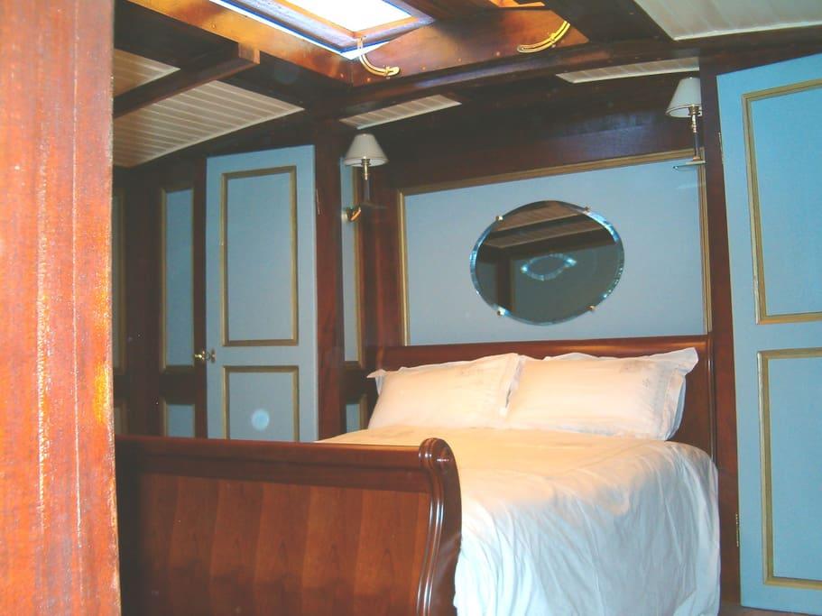 Chambre dans peniche de luxe bateaux louer avignon for Chambre public affairs