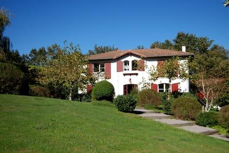 Villa avec piscine vue montagnes