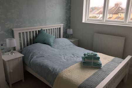 Cosy double room, central Watford. - Watford