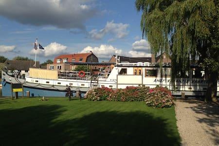 Cabin 5 onboard Passengership Ahoy - Utrecht - Bed & Breakfast