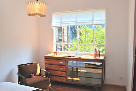 Very nice room with a beautiful view to the tree tops in an officially registered building in the CONDESA neighborhood. It has its own private bathroom inside the room and access to common areas. Perfectly located in the right spot of the city.