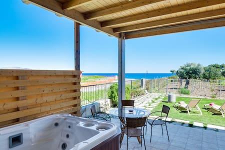Beachfront paradise villa,jacuzzi for 3! Gennadi - Γεννάδι - Dom