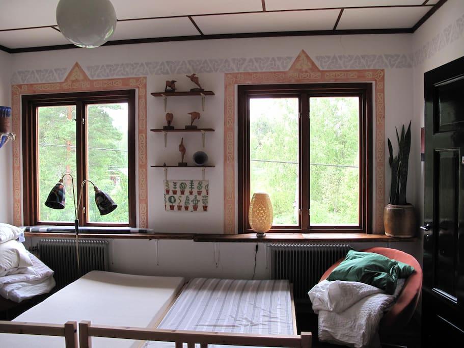 Delbar dubbelsäng och en våningssäng finns i detta rum