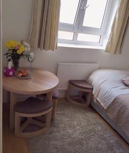 Bright Double Room in Camden Town - Bed & Breakfast