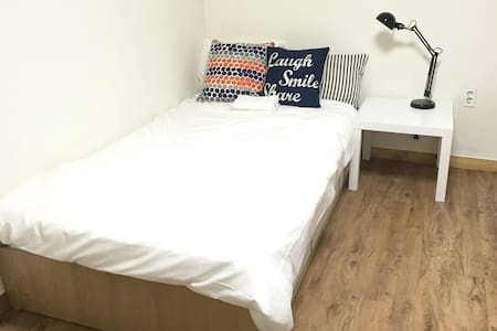 Private Room/ Subway Line2,9 /Hongik Uni. 10mins - Yeongdeungpo-gu - Appartement