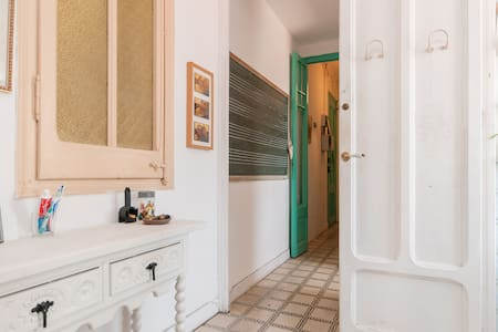 Typical modernist building in a very central area of Eixample. 2 bedroom apartment, lots of light, fully equipped kitchen, bathroom and living room. Elevator in the building.