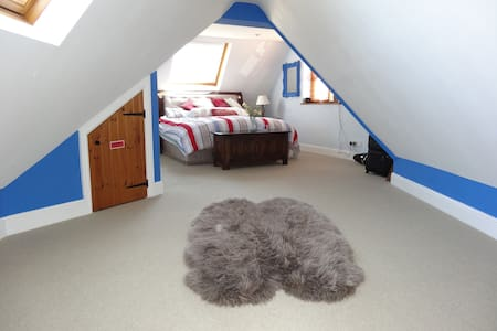 Large Double Room with En Suite - Hus