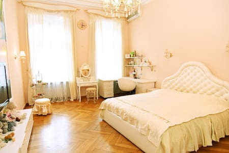 """Королевская квартира в самом """"сердце"""" Одессы - Odesa"""
