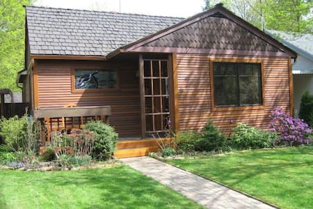 Amazing cottage downtown CDA.  Perfect for couples - Ev