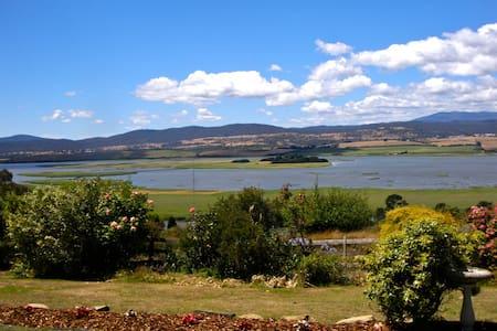 Graham's Cottage, Island Views - Bungalo