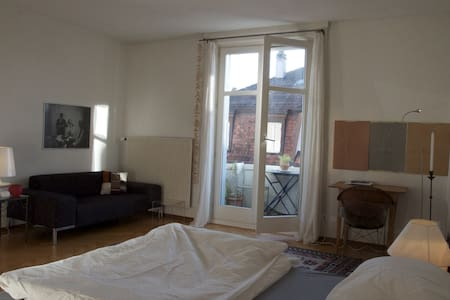Central & beautiful room with balcony - Bern - Apartment