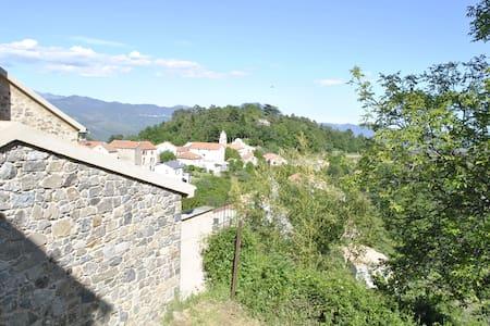 Au cœur d'un village authentique - House