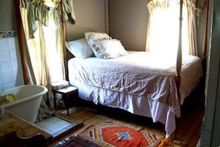 Room type: Private room Bed type: Real Bed Property type: House Accommodates: 3 Bedrooms: 1 Bathrooms: 2