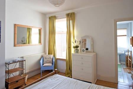 Lovely seaside onsuite room  - House