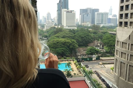 1min from Ratchadamri BTS station. Next door to the St. Regis, Hansar & Four Seasons. Walk to Central World, Paragon, Erawan, the Grand Hyatt. Double bed, kitchen, work station. Swimming pool, gym, restaurant, laundry & massages in the building.