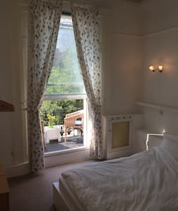 Lovely double room in Holland Park