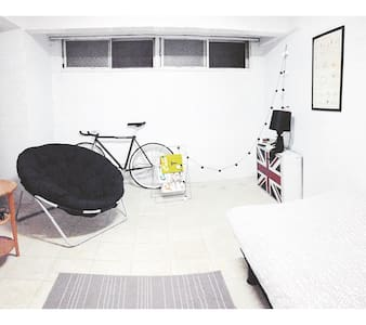 A cosy private room in a quiet street, which only five minutes walk from mrt station. With free wi-fi .