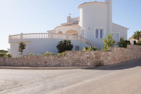 Villa | 4 bedrooms | 3 Bathrooms | sleeps 8 - Benitachell - House