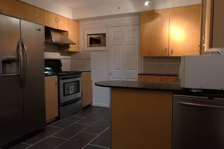 Cozy House near YVR airport & Sky train--Bed3 - Richmond - Villa