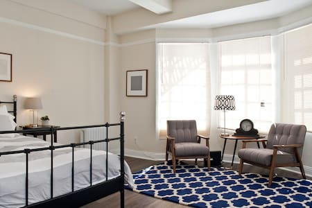 This classic Downtown studio is a 10 minute walk from Union Square, putting SF's best nightlife and dining at your fingertips. The space is warmly furnished, has terrific views and is flooded with light.