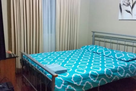Queen size bed upstair with carpark - Werribee - Hus