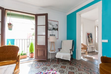 Great double bedroom in a cozy and sunny flat in el Born, really well located, right in the middle of this great barcelonian neightbourhood, you will get to see and enjoy everything Barcelona has to offer right at your doorstep!