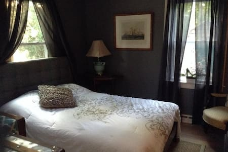 Located centrally on Main Street,this boho chic room offers space for 1 or 2 people.Perfect for a couple/friends getaway! Includes bikes for the short ride to amazing beaches!Great backyard!Artsy, tranquil place!