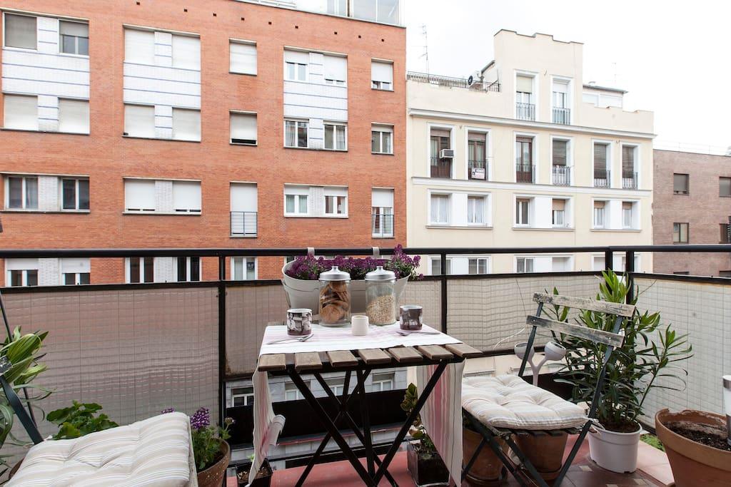 Salón luminoso hasta q se pone el sol. Super alegre!Bright and sunny  living room with terrace.