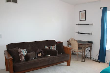 15 minutes to UC, Downtown, Hospitals, Shopping - Apartament