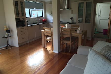 Easy access to city and airport - Auckland - Huis