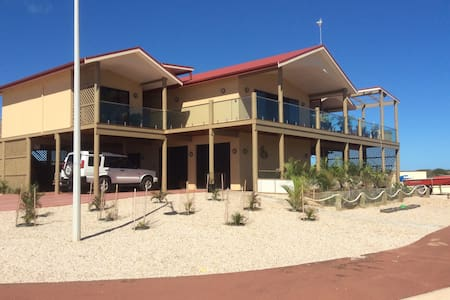 On the Deck @ Shark Bay Upstairs Blue Room - Bed & Breakfast
